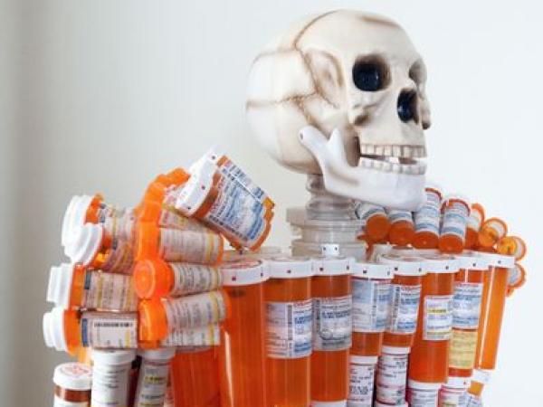 Gyógyszerfüggőség szobra Worcesterben