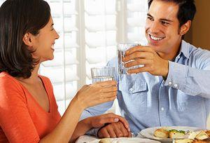 Egyszerű csinosító trükk: egyél lassan, és kortyolj a főétkezések közben vizet
